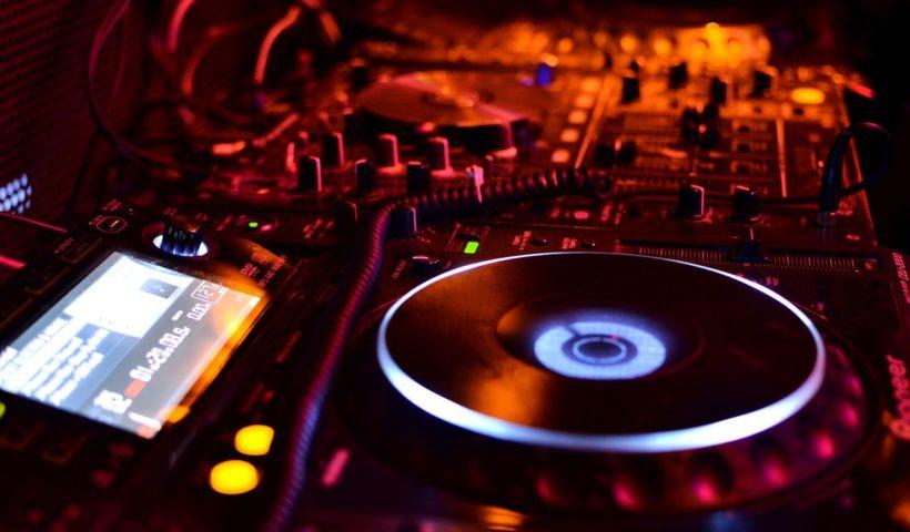Combattiamo la noia attraverso la musica. Come? Per esempio con una console da dj.