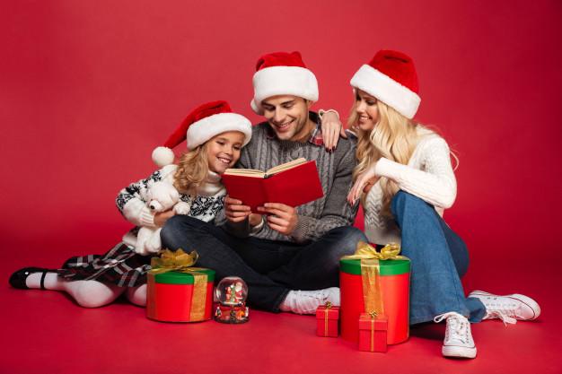 famiglia che legge un libro